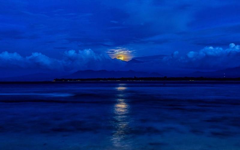 moonrise-over-Rinjan_1800i